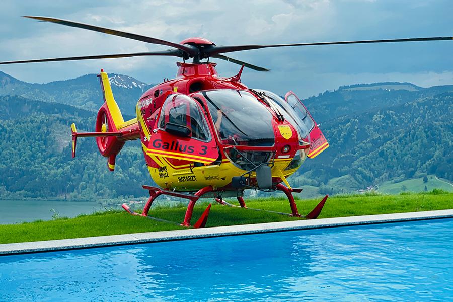 Der Heli 3 aus Kufstein in Tirol mit der Ersatzmaschine Gallus 3 aus St. Anton am Arlberg beim grenzüberschreitenden Einsatz in Bayern. Am Pool der Schliersbergalm  oberhalb vom Schliersee. Grenzüberschreitende Einsätze sind für die Crew des Heli3 Routine, bei Einsätzen in den Bergen kann der Hubschrauber seinen Zeitvorteil voll ausspielen.
