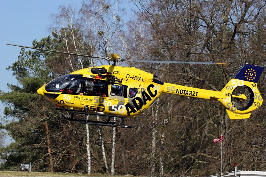 """Die ADAC Luftrettung präsentierte diese Maschine des Typs H145 mit einer Sonderbeklebung anlässlich des Jubiläumsjahres """"50 Jahre Luftrettung"""". In München hatte 1970 der """"Christoph 1"""" des ADAC als erster ziviler deutscher Rettungshubschrauber den regulären Dienst aufgenommen."""