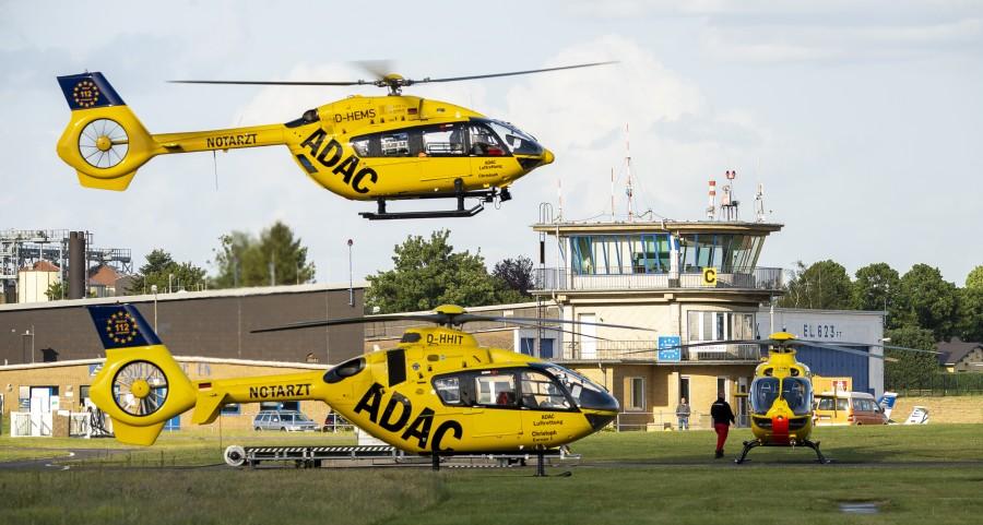 Zusammentreffen mehrerer RTH / ITH der ADAC Luftrettung am Standort von Christoph Europa 1 (Flugplatz Aachen Merzbrück), vor dem Tower stehend ist Christoph 23 aus Koblenz und im Anflug Christoph Westfalen. Die Aufnahme entstand am 24. Mai 2020.