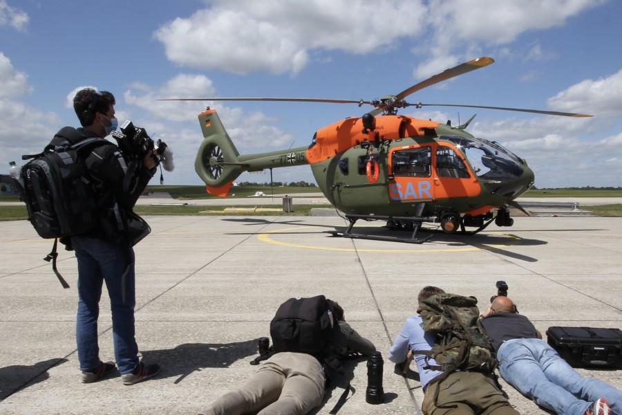 """Zum Niederknien: Großes Medieninteresse beim Waffensystemwechsel von der Bell UH-1D auf die neue H145 """"LUH SAR"""". Die anwesenden Fotografen und Kameraleute geben sich (übrigens bei kaltem, böigem Wind) alle Mühe, die Maschine auf dem Heeresflugplatz Niederstetten für die Berichterstattung ins rechte Licht zu rücken."""