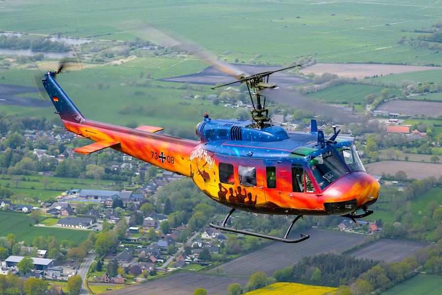 Die Bell UH-1D hat ihren Fly-Out bei der Bundeswehr gehabt und ist fortan nicht mehr im militärischen Auftrag über Deutschland zu sehen, somit auch nicht mehr für SAR-Missionen und zivile Rettungsflüge. Daher zeigt unser Foto des Monats ausnahmsweise keinen Rettungshubschrauber, sondern diese herrliche air-to-air-Aufnahme der letzten Maschine kurz vor ihrer Übergabe an das Hubschraubermuseum Bückeburg.