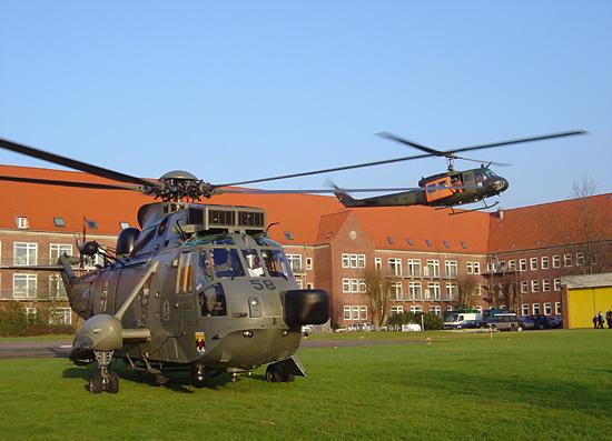 Fly-in der Gasthubschrauber und des Christoph 26: Hier rechts SAR 31, links eine Westland SeaKing des MFG 5 aus Kiel