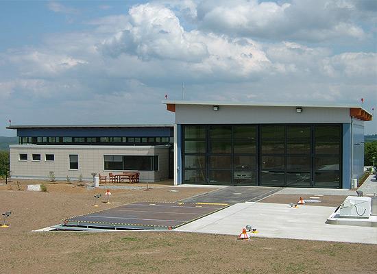 Riesig: Der neue Hubschrauber-Hangar mit vollverglastem Tor und angrenzenden Sozialräumen