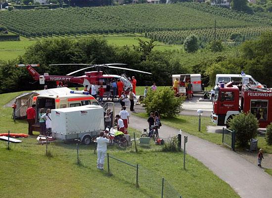 """""""Christoph 45"""" mit Gästen vieler Hilfsorganisationen an der Station"""