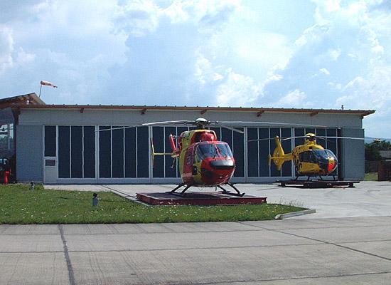 D-HDCL und D-HTIB vor ihrem Hangar