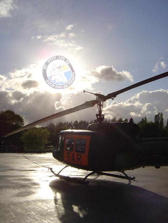 SAR 71 am Standort mit Wappen der 2. fliegenden Staffel des Lufttransportgeschwaders 63