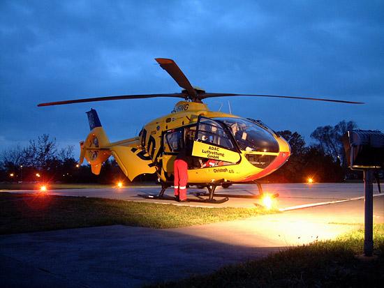 """Pilot Michael Michalk erledigt die notwendige Dokumentation am Landeplatz in seinem """"mobilen Büro""""."""