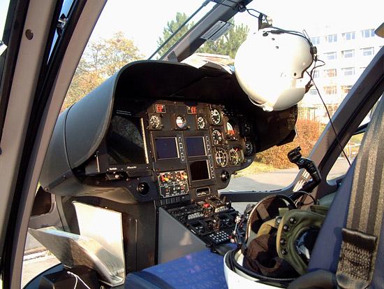 Das Cockpit von Christoph 38. Auffallend das große Display für die GPS-Navigation