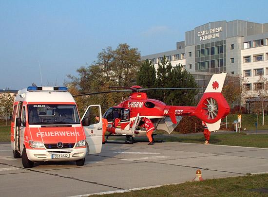 RTW's des Cottbuser Rettungsdienstes übernehmen den Transfer zwischen Landeplatz und Sana-Herzzentrum bzw. Klinikum