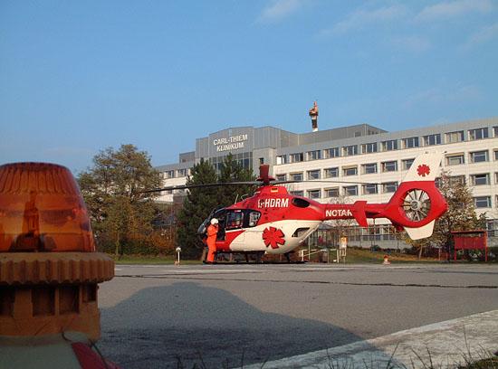 Startvorbereitungen zum Rückflug am Cottbuser Carl Thiem Klinikum. Der Rettungsassistent beobachtet den Anlassvorgang der EC 135