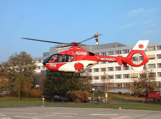 Zwei Baukrane am Klinikum mahnen zur Vorsicht. Nach der Rekonstruktion des Klinikums wird 2007/2008 ein Dachlandeplatz zur Verfügung stehen