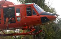 Kurz vor der Landung - die Crew checkt die Umgebung.