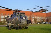 SAR-Rettungsmittel der Marine (li.) und Luftwaffe an der Küste