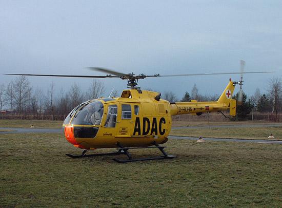 Pilot Uwe Kaminski von der ADAC Luftfahrt Technik startet die Triebwerke