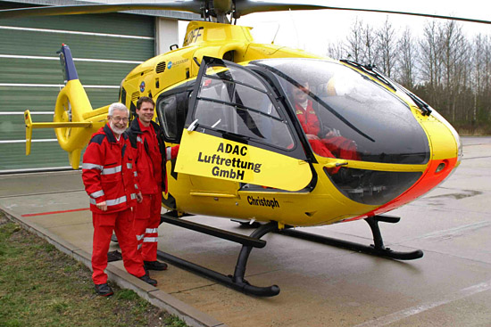Notarzt Dr. med. Hartmut Handschak, Rettungsassistent Frank Maibaum und Pilot Gerd Engmann machen sich mit der neuen Maschine vertraut