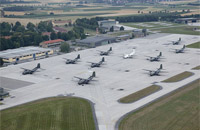 """Der Fliegerhorst Penzing aus der Luft: Zu sehen ist das Flugfeld mit den Transportflugzeugen vom Typ """"Transall"""" in größerer Anzahl"""