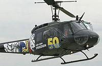 """Hier ein detaillierterer Blick auf die ebenfalls sonderlackierte Bell UH-1D. Beachtlich die Türbeschriftung """"Für den Frieden"""""""