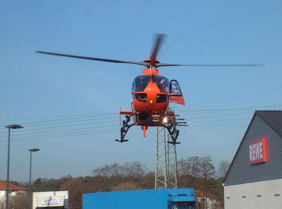 Anflug auf die Einsatzstelle; der Rettungsassistent checkt die Landefläche