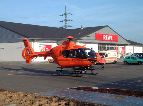 Nach erfolgter Landung verlässt die medizinische Crew den Hubschrauber