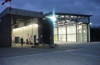 Links der alte Hangar, rechts der Neubau