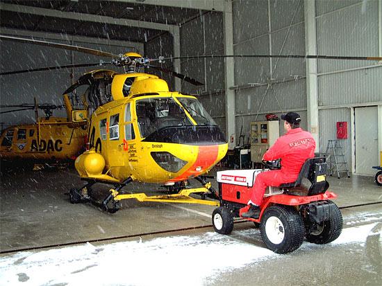 Der alte Hangar im März 2002. Es war schon immer ein kleines Kunststück die BO 105 und BK 117 in dem Gebäude zu rangieren