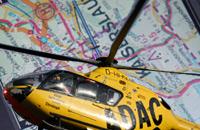 """ADAC-Rettungshubschrauber vor dem Navigationsbildschirm: Die digitale Navigation hat das traditionelle Kartenlesen vielerorts verdrängt; jetzt kommt die  Technik des """"Rescue Track"""" hinzu"""