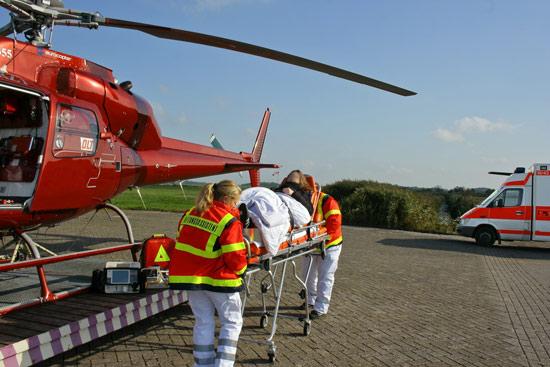 Umladen einer Patientin zwischen RTW und AHS
