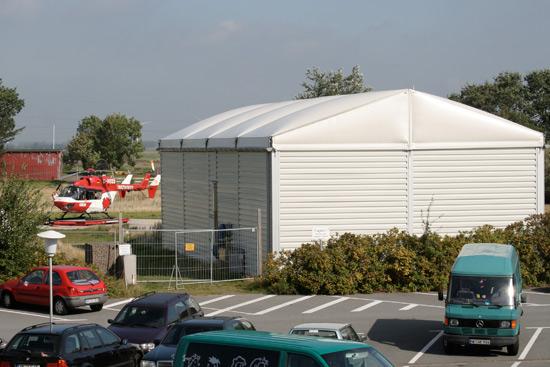 Christoph Europa 5 vor dem provisorischen Hangar