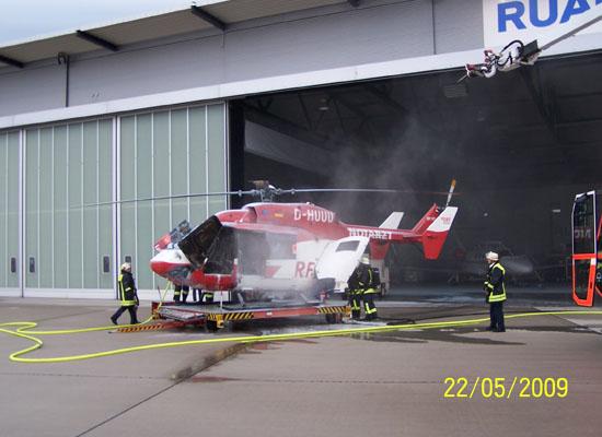 Trotz des schnellen Eingreifens der Flughafenfeuerwehr (rechts im Bild) entstand an der Maschine ein Millionenschaden