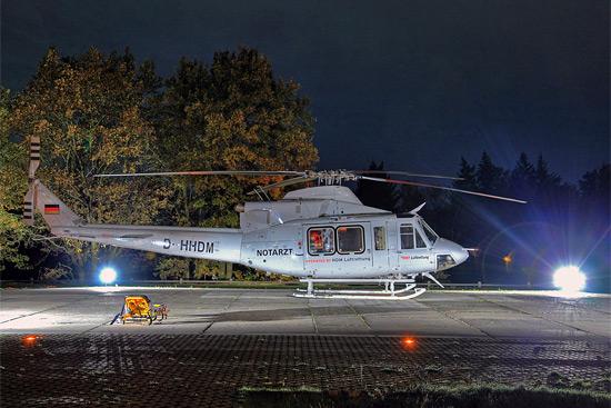 """Im Einsatz als """"Christoph Nürnberg"""" ist im Moment die D-HHDM, die früher in Italien unterwegs war. Hier bei einer Nachtlandung am Uniklinikum Erlangen"""