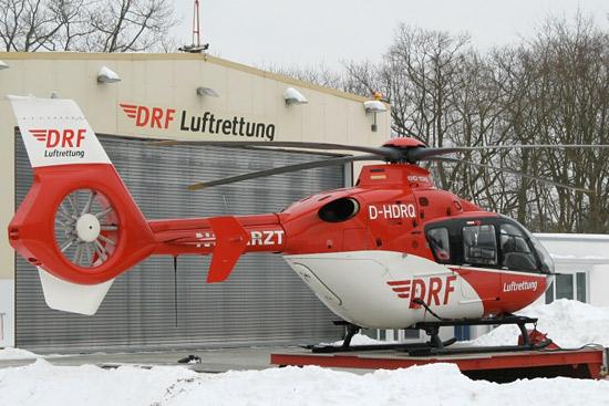 Christoph 49 neuerdings mit EC 135, hier mit dem Hangar im Hintergrund