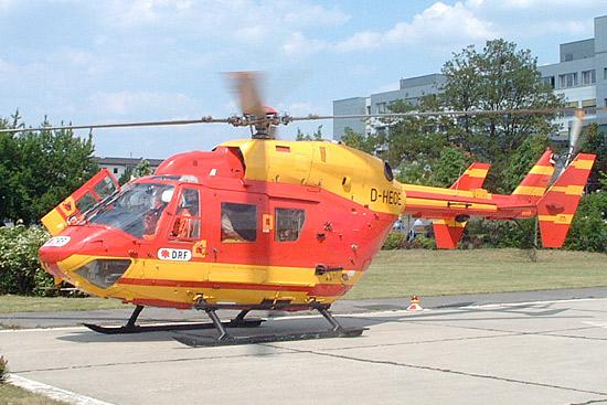 Die BK 117 wurde lange in Bad Saarow für die Luftrettung eingesetzt, zeitweise auch in unüblicher Lackierung - hier die D-HEOE