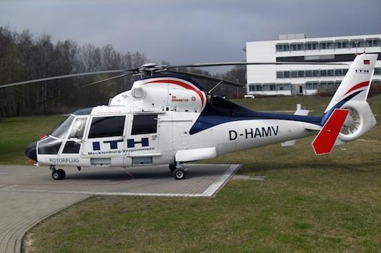 Akkon Rostock mit seiner neuen Maschine AS365 D-HAMV an seiner Basis