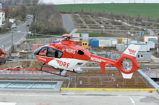 Archivfoto eines bayerischen Rettungshubschraubers der DRF Luftrettung vom Baumuster EC 135, hier Christoph 18 in Würzburg