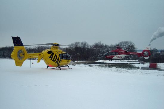 31.12.2010: Bei eisigem Winterwetter übernimmt die ADAC Luftrettung den Betrieb. Auf der Landeplattform letztmalig noch die DRF Luftrettung