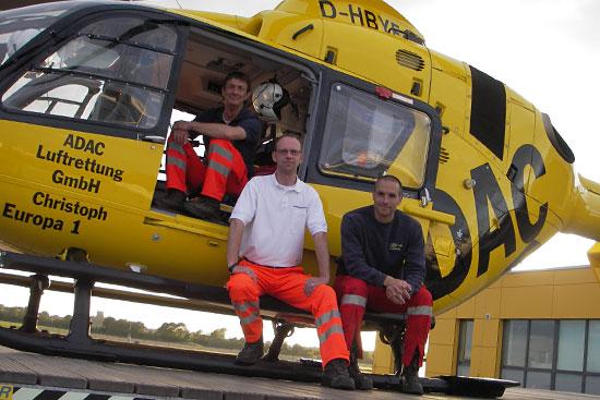 Notarzt Norbert Bindels, Rettungsassistent Sven Schwerke und Pilot Heiner Wehberg beim 50.000sten Einsatz