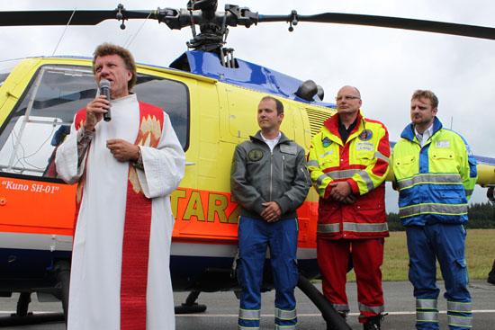 Segnung des Hubschraubers durch einen Pastor