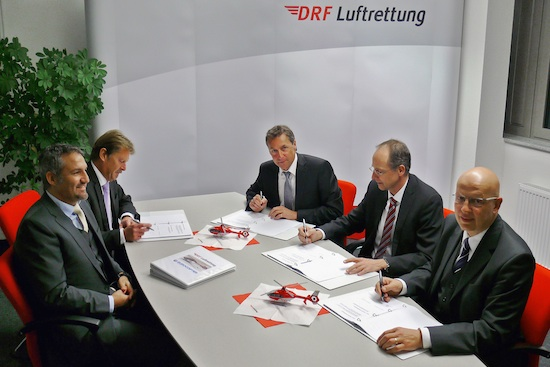 Li.: T. Hein, Head of Sales Europe, Eurocopter; W. Buchner, Head of Sales Central Europe, Eurocopter; re. hinten: S. Lutz, Executive Board, DRFL; Dr. W. Schoder, Executive Vice President Programs, Eurocopter; H.J. Eyrich, Executive Board, DRFL