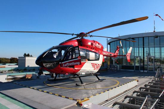 Die neue EC145 des Christoph Berlin (D-HDSB) wartet auf dem Dach des Unfallkrankenhaus Berlin auf den nächsten Einsatz