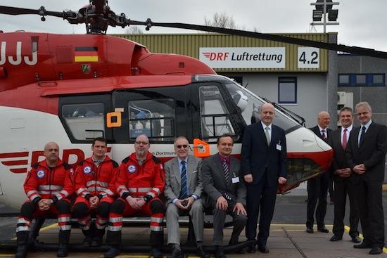 Gruppenfoto mit Hubschrauber