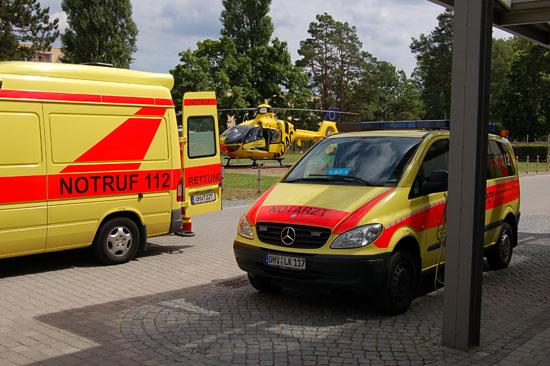"""... sowie der am Campus Benjamin Franklin der Charité in Berlin-Steglitz stationierte RTH """"Christoph 31"""" alarmiert (hier bei einem Einsatz an der Oberhavel-Klinik Oranienburg)"""