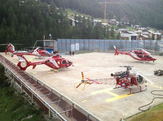 """Am 24.08.2012 wurde die Maschine auf der Basis Zermatt offiziell den Medien vorgestellt – hier gemeinsam mit weiteren Hubschraubern der """"Air Zermatt"""""""