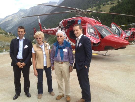 Der neue Hubschrauber wurde eingeweiht von (von links): Patrick Moulay (Bell Managing Director), Luisa Perren, Beat H. Perren, Sébastien Moulin (Bell Regionalmanager Europe)