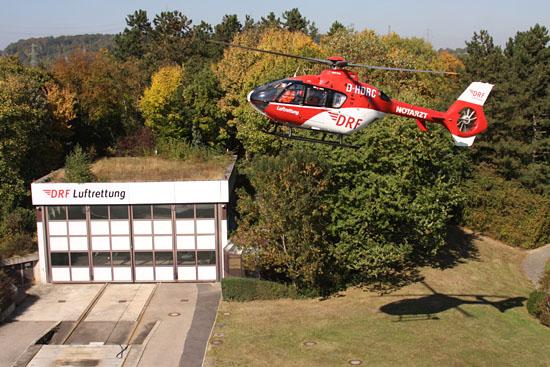 """Christoph 41"" im Anflug auf die Station in Leonberg"