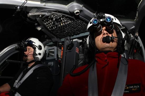 Night Vision Goggles; Besatzung vor dem Start. Einsatzpilot Reiner Langer und NVIS-Fluglehrer Christian Balta