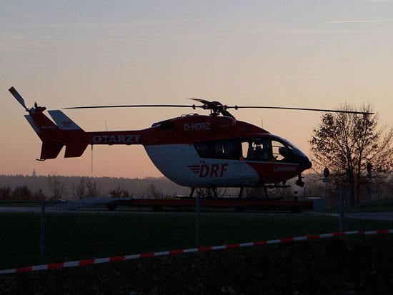 """Der RTH """"Christoph Regensburg"""" (hier die Standortmaschine """"D-HDRZ"""") steht in den frühen Abendstunden einsatzklar auf dem Landeplatz am Universitätsklinikum Regensburg"""