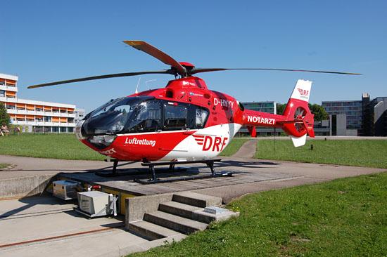 """Wird nicht in den Nachtstunden eingesetzt: Der am Klinikum Friedrichshafen stationierte RTH """"Christoph 45"""" der DRF Luftrettung (hier die aktuelle Standortmaschine """"D-HYYY"""")"""