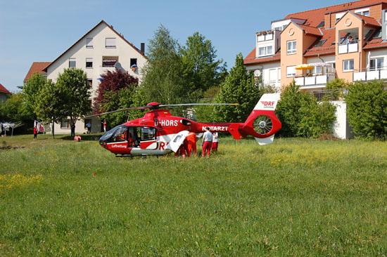 """Heute gibt es ein nahezu flächendeckendes Luftrettungsnetz, wobei die DRF Luftrettung ein starker Partner im Bunde ist. Die Aufnahme zeigt den RTH """"Christoph 41"""" im postprimären Einsatz bei einem chirurgischen Notfall in Backnang-Waldrems"""