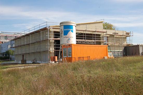 """Während den Umbauarbeiten am ADAC-Luftrettungszentrum """"Christoph 18"""" in Ochsenfurt ..."""