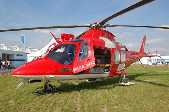 Bekommt die Rega im Kanton Bern bald Konkurrenz durch die Air-Glaciers? Das Foto zeigt einen Rettungshelikopter der Rega vom Typ AW 109 SP als Ausstellungsobjekt auf der ILA 2010